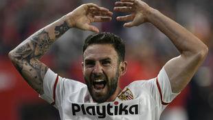 Miguel Layún celebra un gol con el Sevilla.