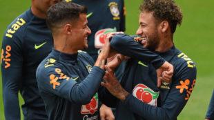 Neymar juega con Coutinho en un entrenamiento de la Canarinha