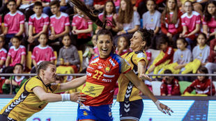 Lara González rompe la defensa de Lituania.