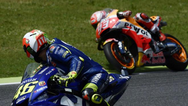 Rossi observa a Márquez.
