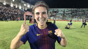 Mariona Caldentey celebra la victoria a pie de césped.