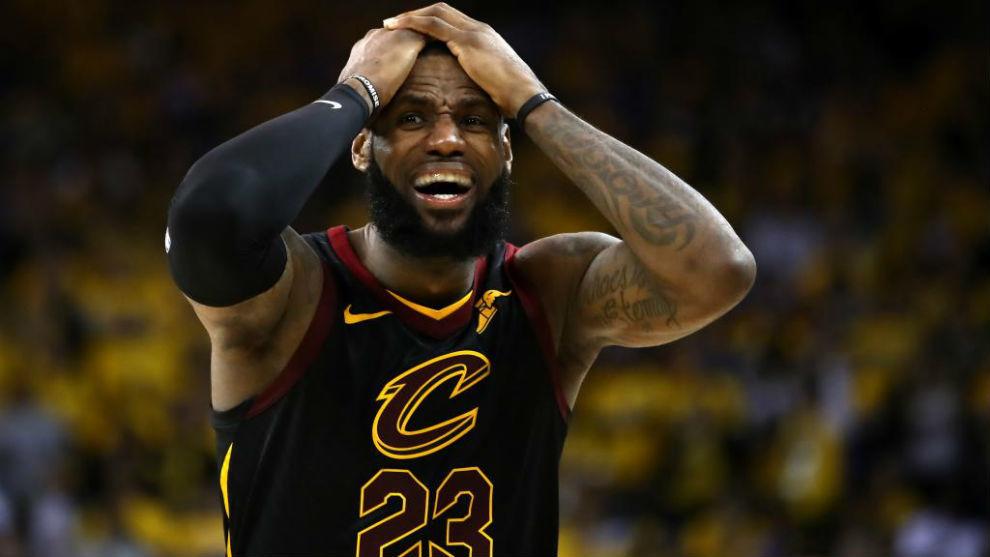 LeBron James se lleva las manos a la cabeza tras la derrota en el...