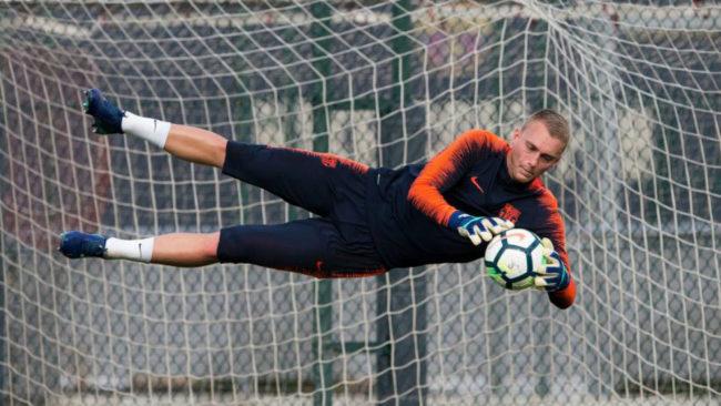 Cillessen detiene un balón durante un entrenamiento con el Barcelona.