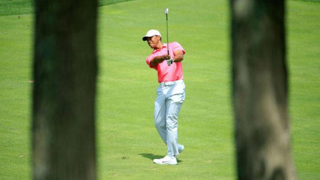 Tiger Woods ejecuta su tercer golpe en el hoyo 15 durante su tercera...