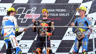 Joan Mir (a la derecha), junto a Oliveira y Baldassarri en el podio de...
