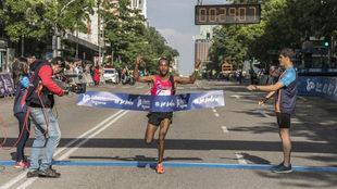 Gizaw Bekele cruzando la línea de meta el primero en categoría...
