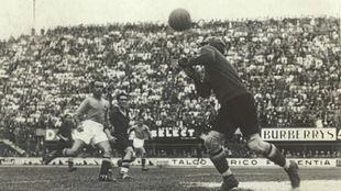 Ricardo Zamora despeja un remate en el Italia-España de 1934.