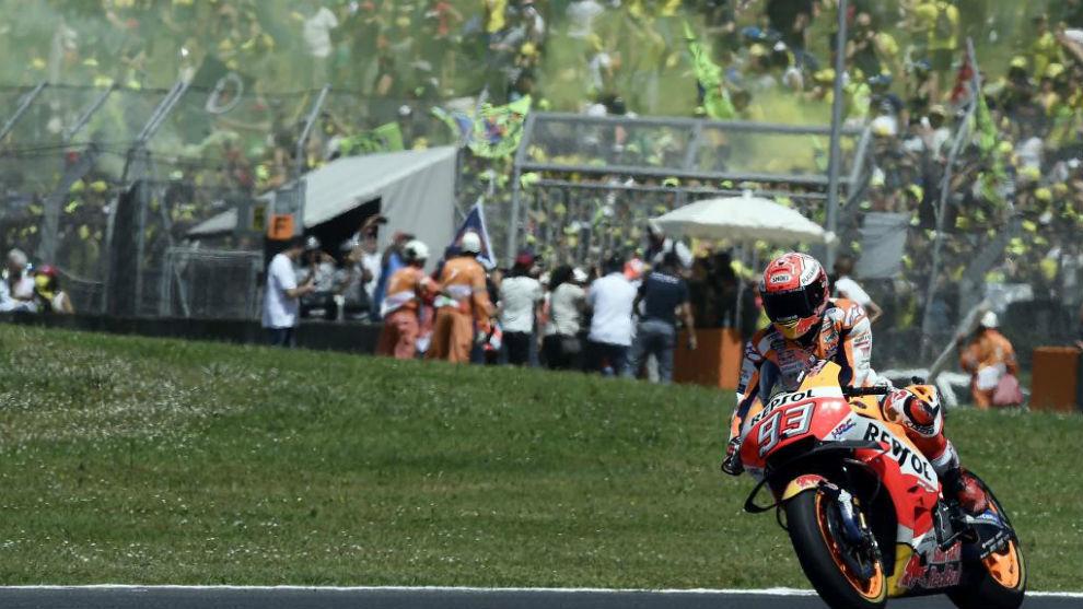 Márquez, volviendo a pista entre la alegría de los tifosi de Rossi...