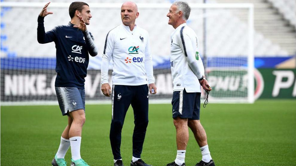 Griezmann, conversando con Deschamps en un entrenamiento.