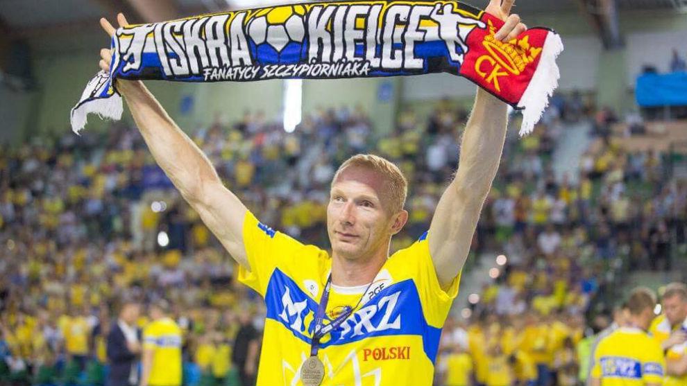 Karol Bielecki, despidiéndose de los aficionados del Kielce.