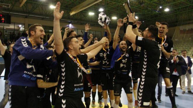 Los jugadores del Sinfín celebran el ascenso a la Liga Asobal.