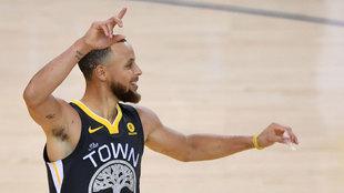 Curry celebra uno de sus nueve triples
