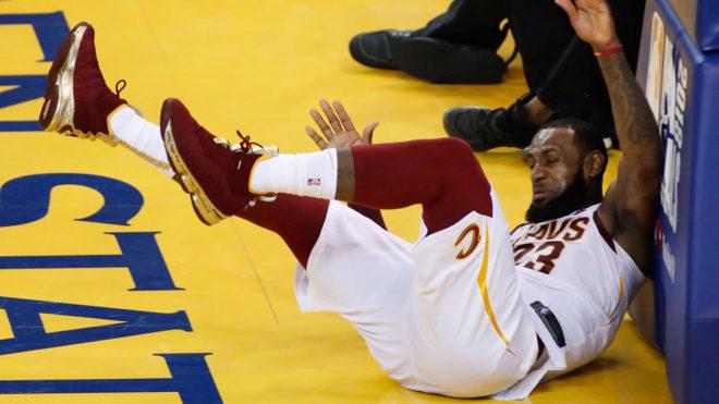 LeBron, en el suelo tras un golpe