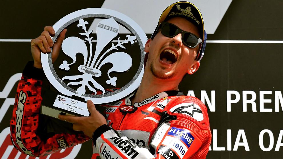 Jorge Lorenzo, levantando el trofeo de ganador en Mugello
