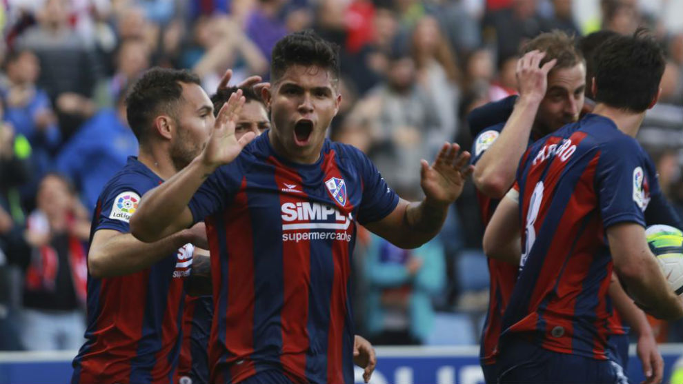 Cucho celebra un gol con el Huesca