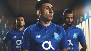 Héctor Herrera posa con la tercera equipación del Porto de la...