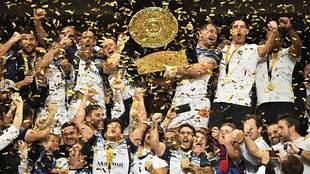 Los jugadores de Castres levantan la 'Bouclier de Brennus'...