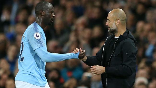 Yaya Touré saludando a Guardiola durante un partido de la pasada...
