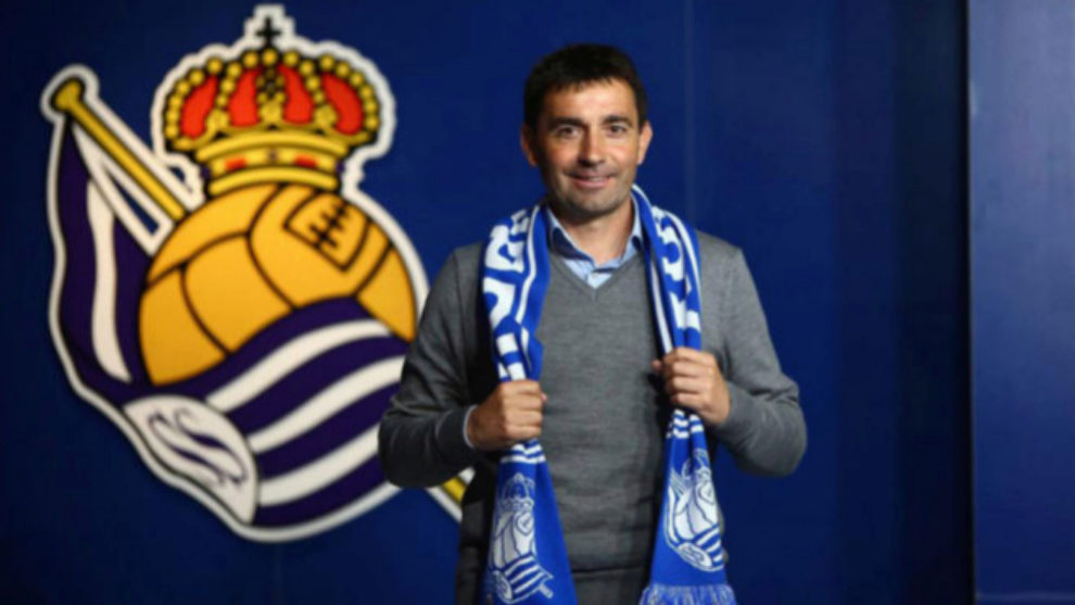 Asier Garitano posa con la camiseta de la bufanda de la Real Sociedad...