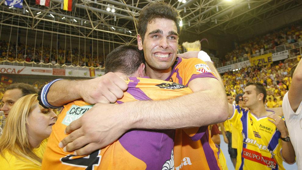 Asier Antonio celebra con Edu Fernández la Recopa con el BM...