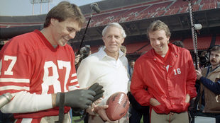 Dwight Clark, izquierda, el entrenador en jefe de los 49ers, Bill...