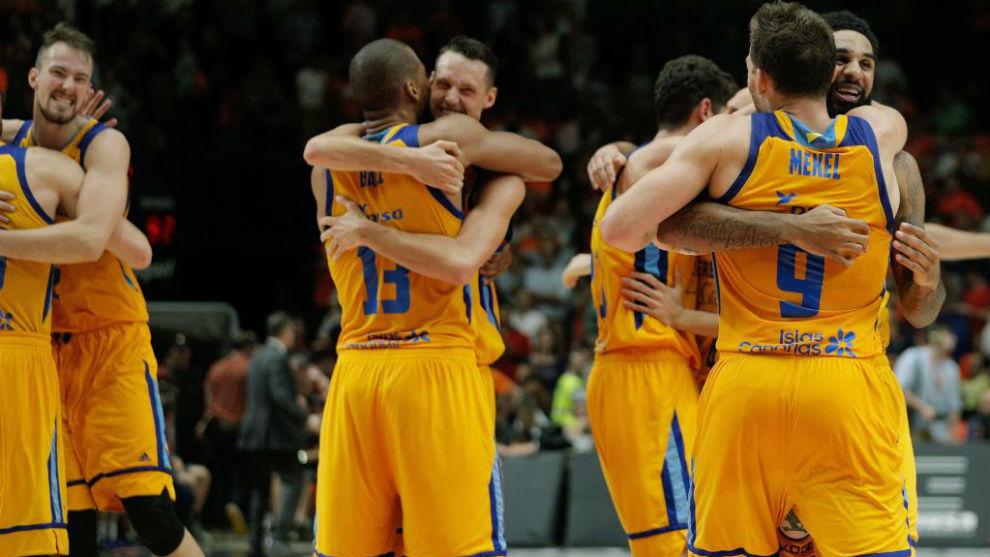 Los jugadores del Herbalife Gran Canaria se abrazan en la Fonteta