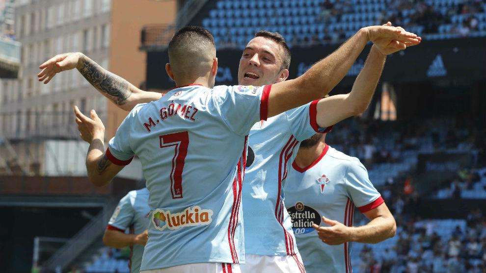 Aspas celebra un gol con Maxi Gómez