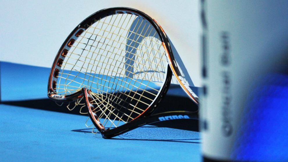 Una raqueta rota, en una pista de tenis.