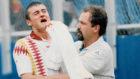 Luis Enrique llora tras recibir un codazo en la nariz en 1994 ante...