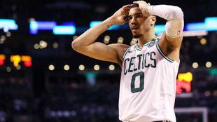 Jayson Tatum se lamenta tras la derrota de los Celtics en las Finales...