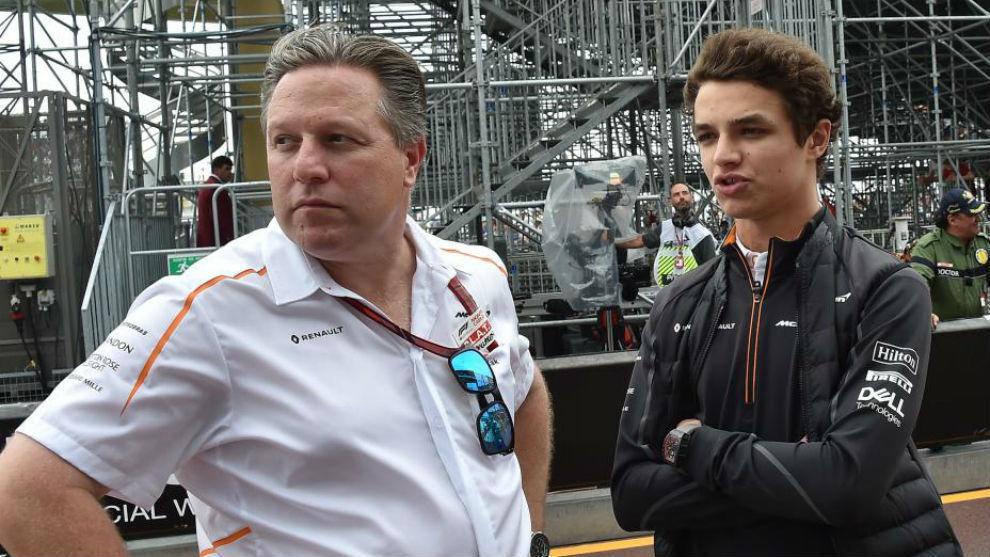 Zak Brown, CEO de McLaren, y Lando Norris, en la parrilla de salida...