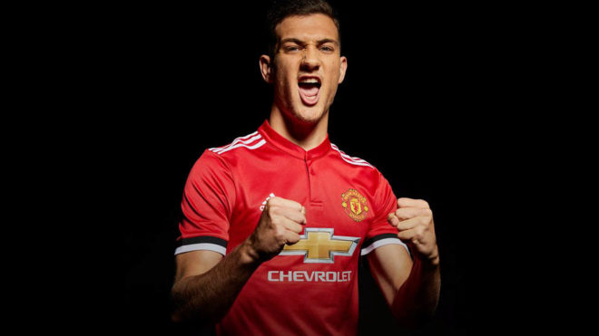 Dalot posa con la camiseta del United.