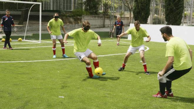 Sergio Alamar, con el balón durante un entrenamiento de la selección...