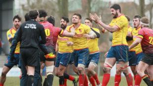 Los jugadores españoles buscan al colegiado rumano a la finalización...