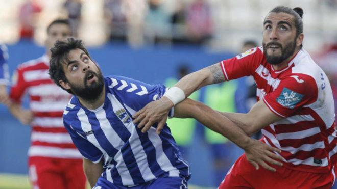 Villalibre (izquierda) pugna por un balón con Chico Flores.