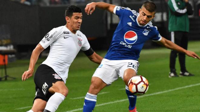 Fabián Balbuena (izquierda), en un partido con el Corinthians.