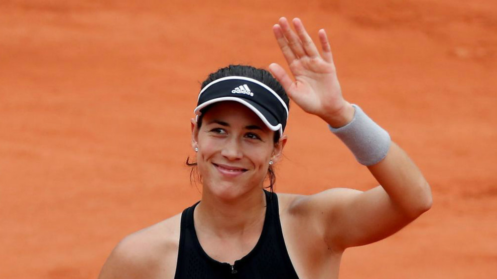 Garbiñe Muguruza saluda tras vencer en semifinales a Maria Sharapova.