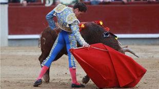 Ginés Martín en un lance de su faena.