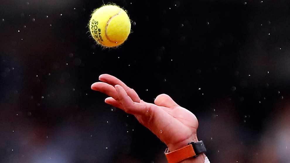 Lluvia sobre Rafa Nadal durante uno de sus servicios en Roland Garros