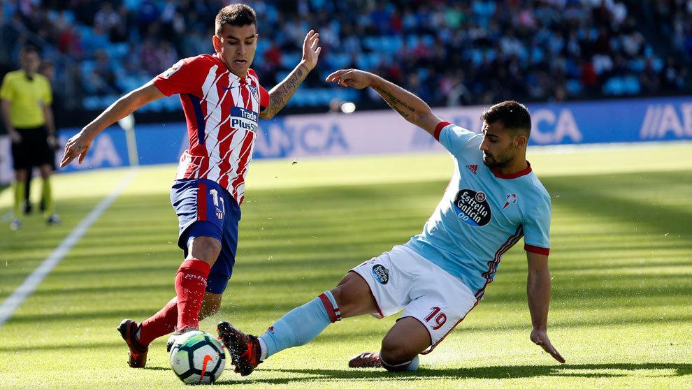 Correa y Jonny pelean por un balón durante el último Celta-Atlético