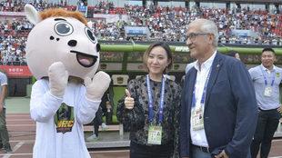 Gregorio Manzano y la presidenta Wen Xiaoting en momentos de vino y...