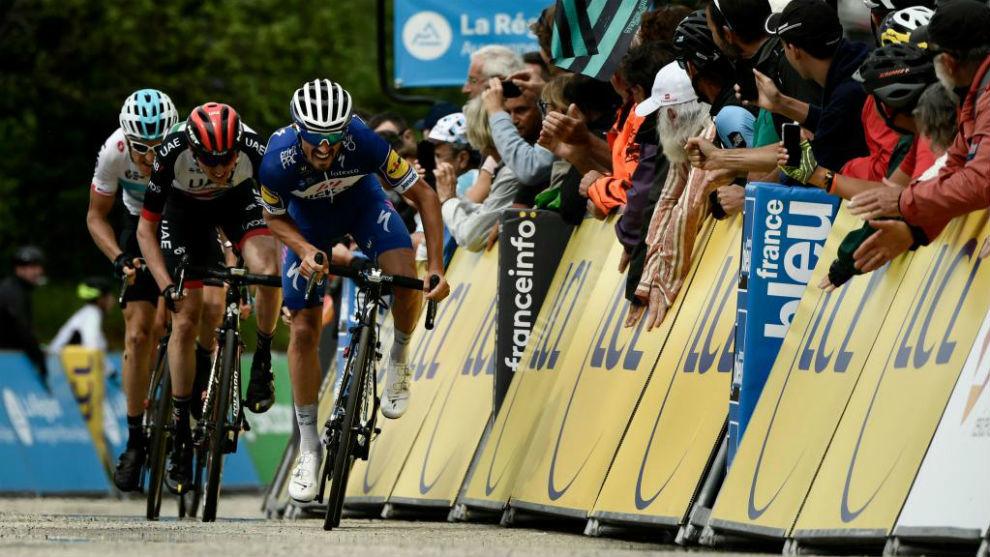 Alaphilippe esprintando para ganar la cuarta etapa.