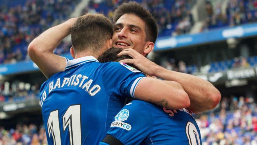 Gerard Moreno es felicitado por sus compañeros tras marcar un gol en...