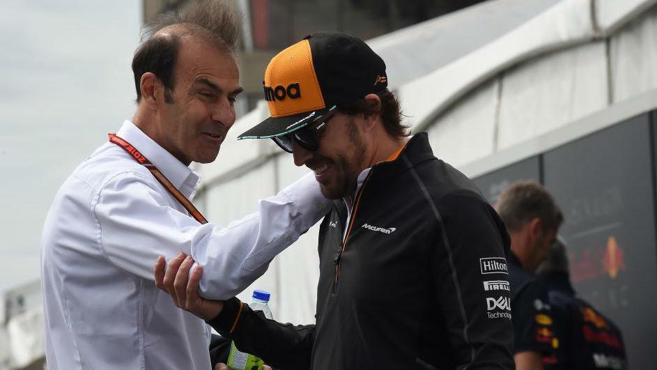 Fwernando Alonso saluda al ex piloto Emmanuele Pirro, en Montreal.