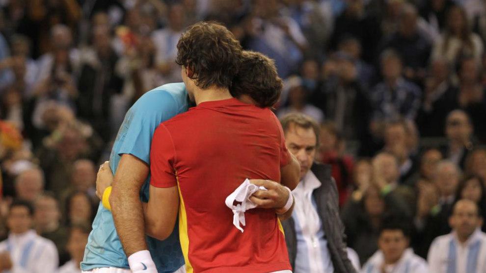 Rafael Nadal y Juan Martín del Potro se abrazan tras el encuentro que...