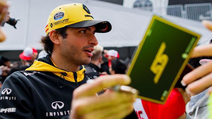 Carlos Sainz, durante la firma de autógrafos que ha tenido hoy en el...