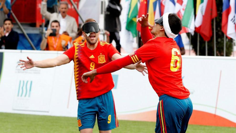 Los jugadores de la selección española celebran un gol ante...