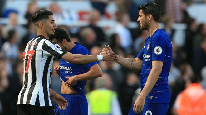 Morata saluda a Ayoze, en un Newcastle-Chelsea