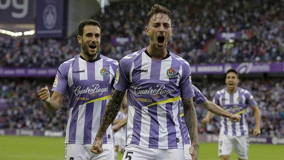 El central Calero celebra el gol que abrió el camino de la victoria al Valladolid