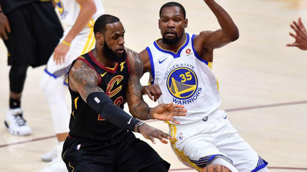 LeBron James defendido por Kevin Durant